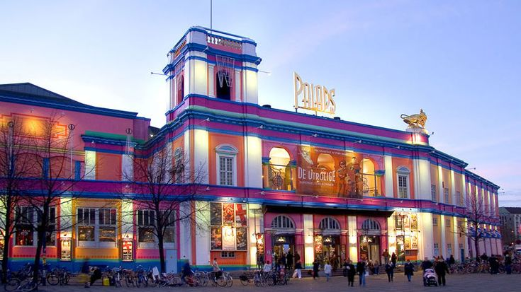 Danmarks største biograf med 17 sale og 2.100 sæder Med 17 sale byder Nordisk Film Biografer Palads på Københavns største udvalg af film til alle aldersgrupper. Biografens sal 1 er nyrenoveret og rummer en stor balkon, Thunderbox-sæder med vibration i sæderne til actionfilm samt lydsystemet Auro. Biografens mindre sale er ligeledes nyrenoverede, og for få år siden blev foyeren ombygget, så den arkitekttegnede bygnings loft og søjler blev tydelige og foyer'en mere rummelig. Nordisk Film ...