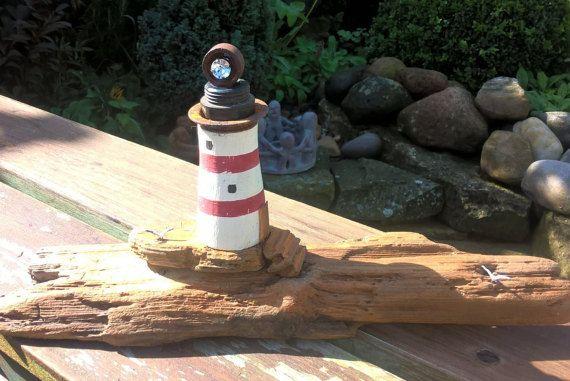 Faro de madera, pequeños pasos a Faro, gaviotas y una joya como la luz en base de madera de madera de hallazgos reciclados, hacer un regalo único para cumpleaños o boda, tamaño aprox. 11.5 ins largo x 5.5 alto ins.