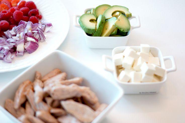 Salat med svin og bringebær. http://fotballfrue.no/2014/06/04/oppskrift-onsdag-salat-med-svin-og-bringebaer/