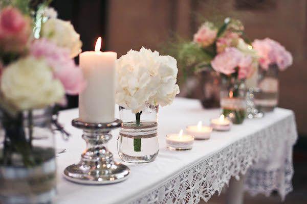 eglise, mariage, wedding, idée mariage, idée décoration, décoration mariage, décoration église, décoration cérémonie, bougies, dentelle, compositions florales, compositions florales roses, compositions florales discrètes, compositions florales de cérémonie