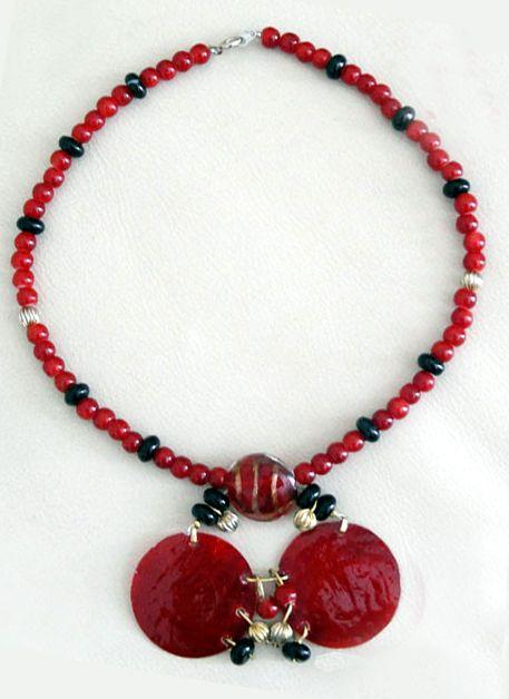 Angelina's Handmade Jewelry - Code:0042 Κολιέ από κρυστάλλινες- ακρυλικές χάντρες με λεπτομέρειες από χρυσά στοιχεία και φίλντισι σε κόκκινη απόχρωση.