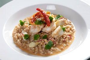 Perlebygs-risotto får umamismag fra bl.a. parmesanost og fra hummeren, som er stegt i eget fedt.