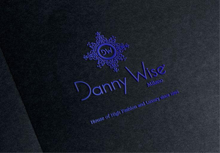"""DANNY WISE logo vector -font Blu wise 3D Le célèbre """"Maison de Haute Couture et de luxe"""", fondée à Milan le 7 Juin 1992 par le talent artistique brillante et entrepreneuriale des célèbre designer NH Danny Wise, est une icône superlatif """"de classe"""" et """"Style. .Un Charismatique"""" Marque-culte """", de haut calibre,"""
