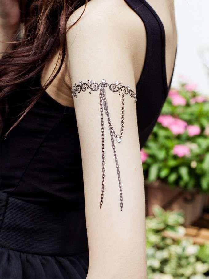 Tatuaggi bracciali donna - Tatuaggio a bracciale con charms pendenti lunghi