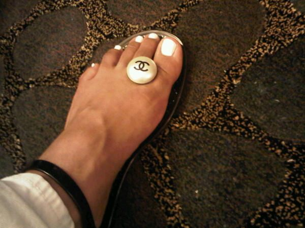 Rihanna Toes: Rihanna Tweeted This Photo Of Her Chanel Pearl Jelly