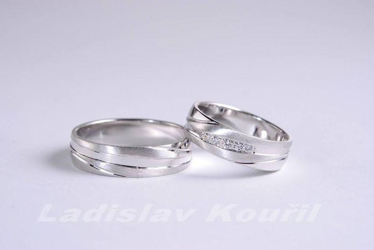 Snubní prstýnky vyrobení z bílého zlata. Kombinace lesku a matu. #svatba #láska #snubniprsteny #bilezlato