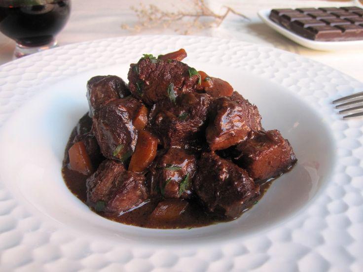 Receta fácil de estofado de ternera al vino tinto con chocolate
