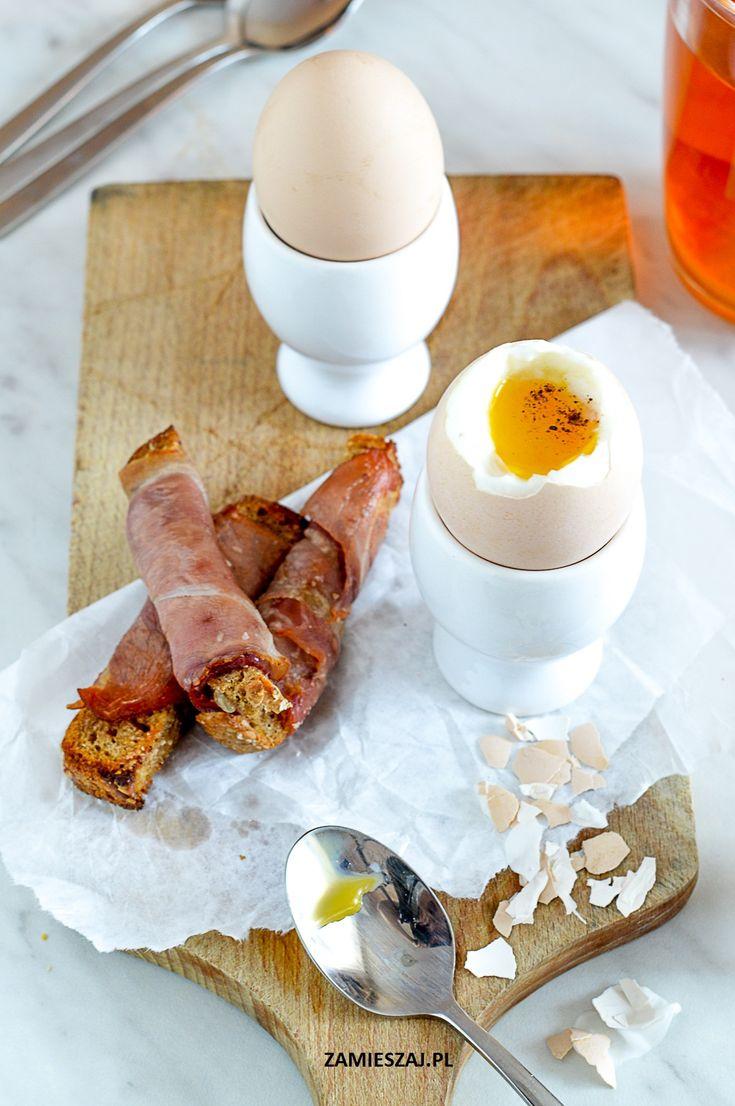 Jajko na miękko i paluszki razowe w szynce parmeńskiej