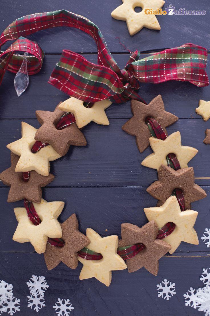 Una ghirlanda che potrete non solo appendere ma anche servire ai vostri ospiti, la #ghirlanda di stelline (Christmas star cookie wreath)! #Natale #Christmas #ricetta #GialloZafferano #italianfood http://speciali.giallozafferano.it/decorazioni-speciali