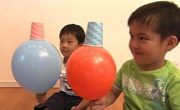風船を使ってバランス感覚を養いながら、脚力や腹筋・背筋も鍛えられる遊び「風船バランス」「風船はさみ」「風船リレー」を紹介します。