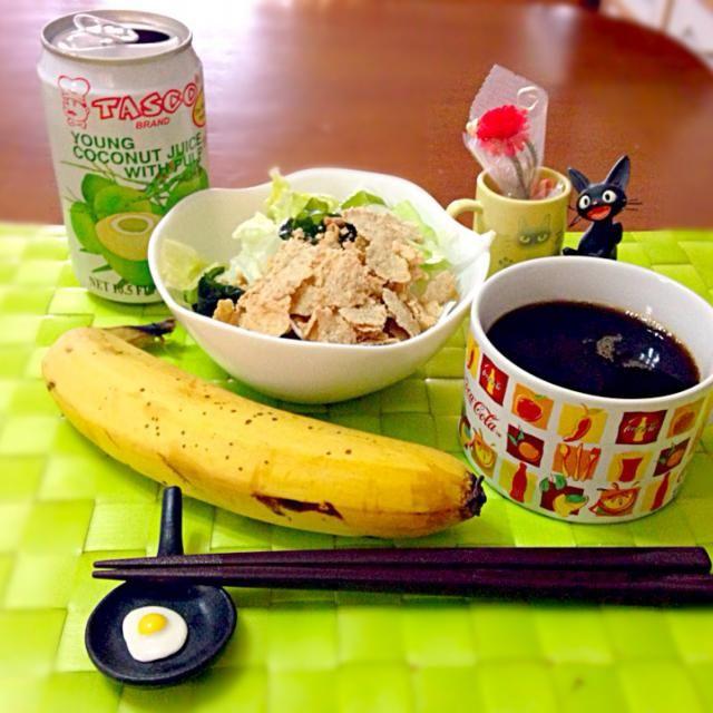 今朝の自宅モーニング  バナナと果肉入りココナッツジュースで南国気分な朝だよ〜☆〜(ゝ。∂) - 45件のもぐもぐ - 玄米シリアルサラダ&バナナ、ココナッツジュース by manilalaki