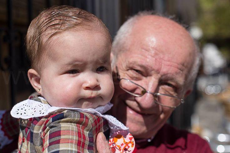 Ook in Spanje zijn grootvaders trots op en blij met hun kleinkinderen. #willemlaros.nl #flickr #photography #travelphotography #traveller #canon #snpnatuurreizen #canon_photos #fotoreis #travelblog #reizen #reisjournalist #travelwriter#fotoworkshop #reisfotografie #landschapsfotografie #follow #alpujarras #capileira #granada #spanje #cameranu #fb