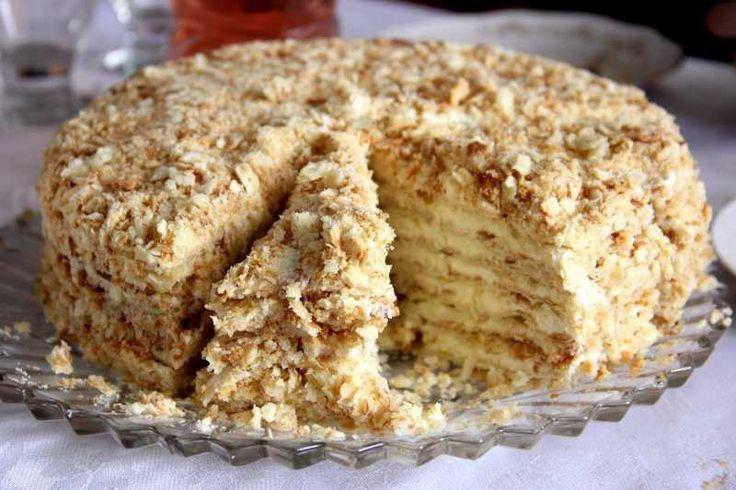 Křupavý napoleon dort, který si oblíbíte. Je sladký, medový a chutný. Pokud máte čas, můžete připravit i více těsta a dort bude vyšší.