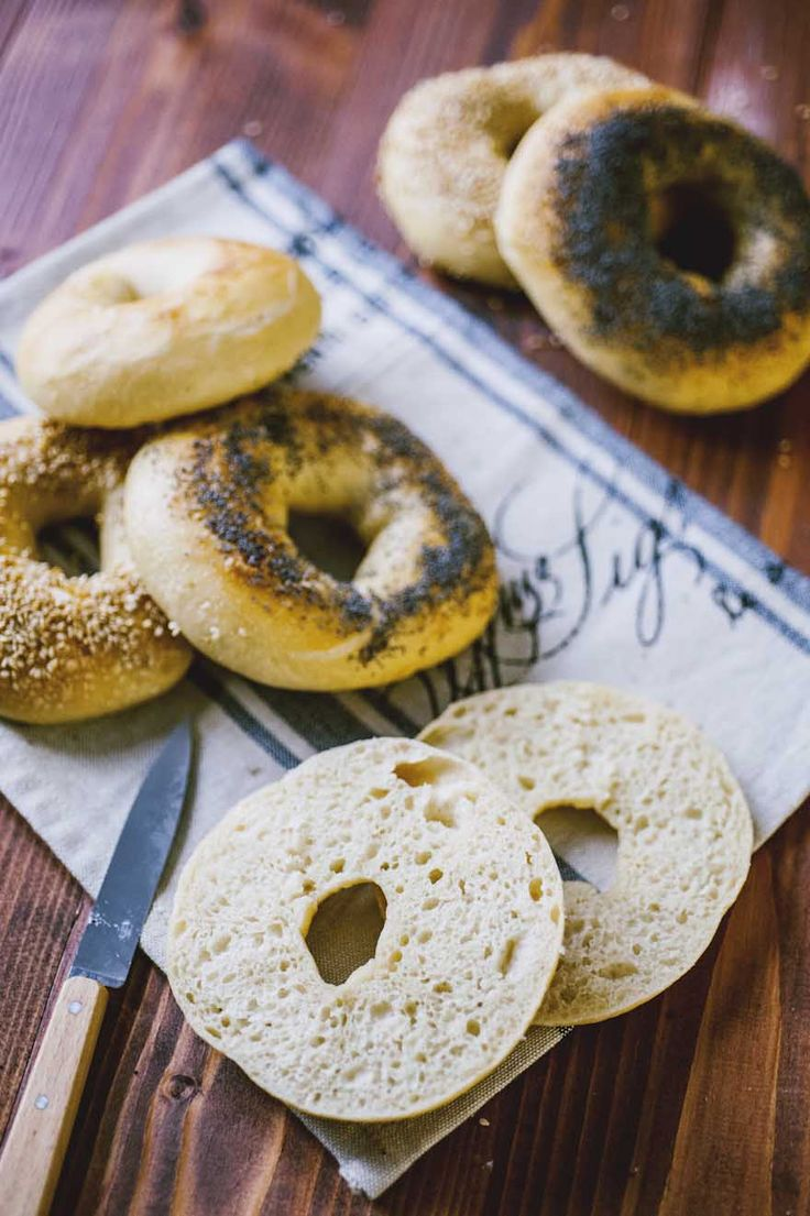 I bagel, a metà tra una ciambella salata, un panino e un bretzel, sono la soluzione perfetta per un pic nic o un pranzo in ufficio. Provali!