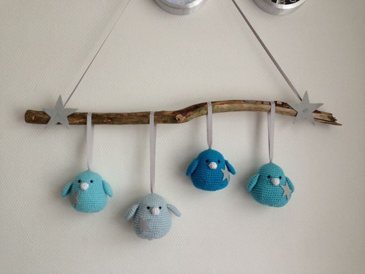 Gehaakte vogels aan een tak. Inspiratie van willewopsie.