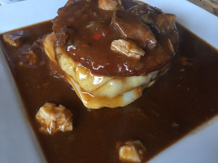 Guláš původně pochází z Maďarska. Oblibu si získal i v našich českých kuchyních. Připravuje se jak z masa vepřového, hovězího či také ze zvěřiny. Základem je, ale dobré kvalitní maso a cibule. Zkuste náš vepřový guláš top recept.  A jako přílohu si dopřejte malé bramboráčky.