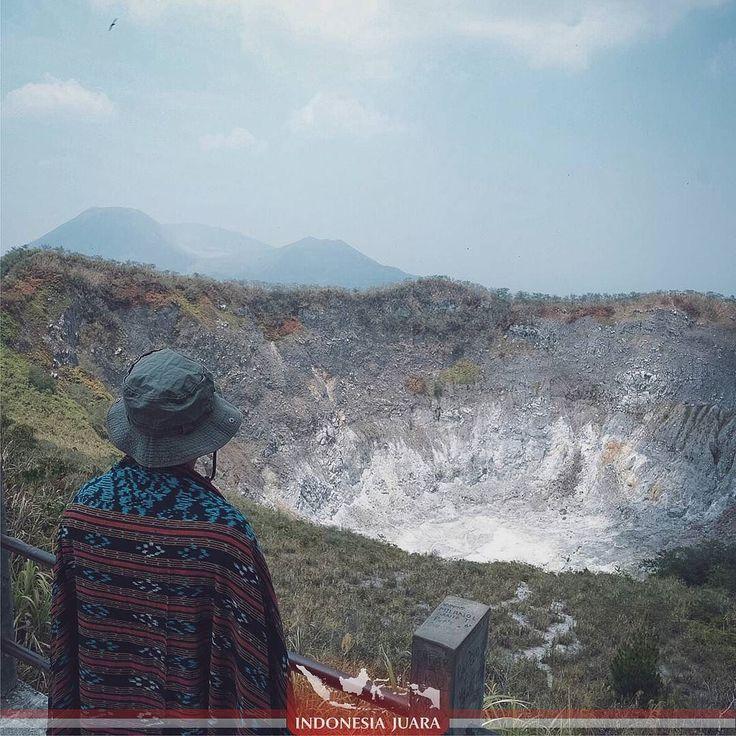 ______________________________________  #indonesiajuara mempersembahkan Provinsi SULAWESI UTARA ______________________________________  FOTO JUARA HARI INI  @adhi_md  Gunung Mahawu adala salah-satu gunung yang mengapit Kota Tomohon dan disisi lainnya adalah Gunung Lokon. Sebagai Obyek Wisata Alam di Sulawesi Utara Gunung Mahawu merupakan gunung berapi stratovolcano yang terletak di timur gunung berapi Gunung Lokon-Gunung Empung di Sulawesi Utara.  Gunung Mahawu memiliki lebar 180m dan…
