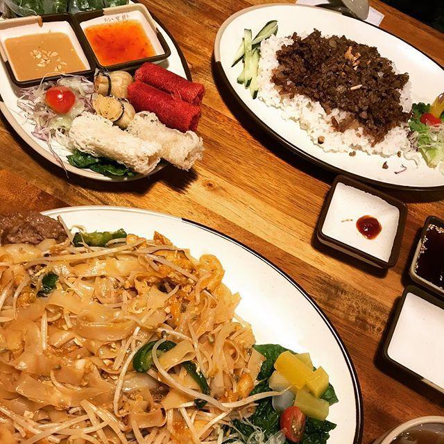 Today's dinner was an ethnic food🇻🇳 今晩はベトナム料理屋へ! 韓国料理に飽きを感じて来たから初トライ👍 パッタイもうめーっちゃ美味しかった(● ˃̶͈̀ロ˂̶͈́)੭ꠥ⁾⁾ 最高❗️こういう味久々やし具沢山やし、ほんまに美味しかった❤️麺モチモチで大盛り笑 生春巻きも揚げ物も全部美味しかったし、満足のいく夜ご飯でした☺️ #foodporn #instafood #yum #dinner #vietnamesefood #noodle #夜ご飯 #外食 #ベトナム料理 #エスニック #パッタイ #麺 #肉 #野菜 #生春巻き #揚げ物 #美味 #モチモチ #具沢山 #最高 #満腹 #ボリューミー #友達と #海外生活 #韓国生活 #韓国留学 #고대 #하노이별
