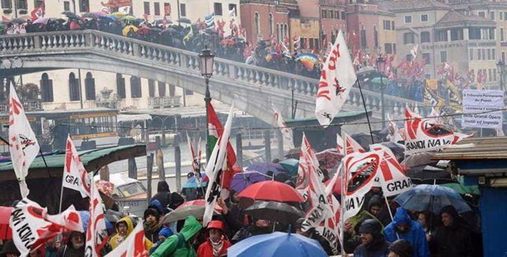 Venecia, dura marcha contra los cruceros y el tren de alta velocidad - http://www.absolutitalia.com/venecia-dura-marcha-contra-los-cruceros-y-el-tren-de-alta-velocidad/