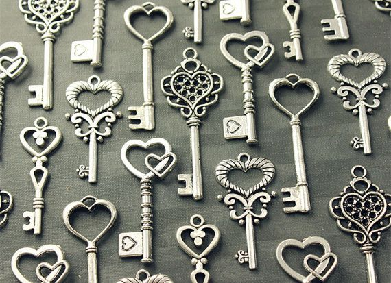 Lovely heart skeleton keys in antiqued silver finish lead/nickel free pewter. Set of 50 skeleton key charms (5 different styles,10 each).