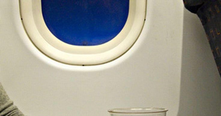 Cómo convertirte en azafata para Emirates . Trabajar como azafata para Emirates Airlines significa trabajar para una aerolínea con la reputación de ser la mejor. El compromiso a unos estándares de servicio de calidad define a esta aerolínea y esto comienza con seleccionar al mejor personal para representar a la compañía en cada vuelo. El personal de la cabina, como las azafatas, puede ...