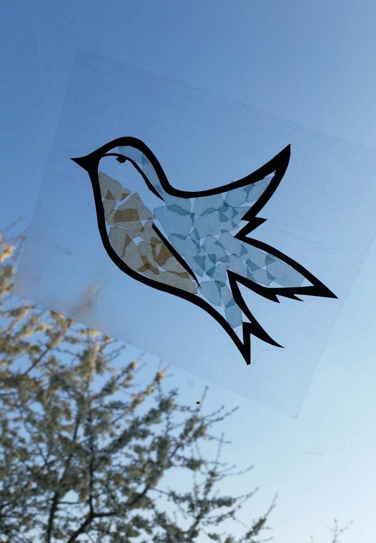 Fensterbild ganz einfach selbst machen: Der Vogel war unser Ideengeber. Mit ein bisschen Transparentpapier, Fotokarton und Folie flattern die lustigen Piepmätze bald auch an Eurem Fenster! Das gesamte DIY gibt's hier: http://dailydress.de/003607_fensterbild-wer-piept-denn-da/