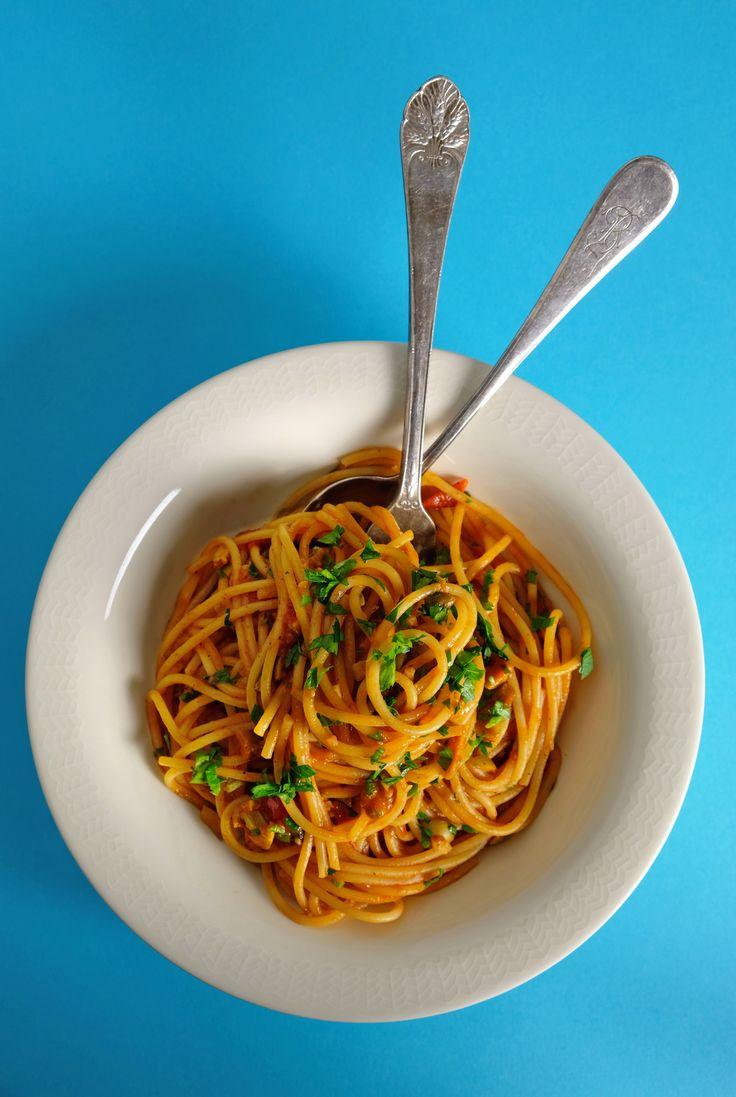 Dette er hverdagspastaen, retten for alle hardtarbeidende og travelt opptatte. Pasta puttanesca, også kalt skjøgens pasta, er laget med ansjos, persille og kapers. Kjapp å lage, lett å like, umamirik og avhengighetsskapende. Jeg lover deg, det vil garantert bli din nye spaghettifavoritt. http://www.gastrogal.no/pasta-puttanesca/ #Ansjos, #Italiensk, #Kapers, #Oliven, #Passata, #Pasta, #PastaPuttanesca, #Persille, #Spaghetti, #Tomat, #Vegetarisk