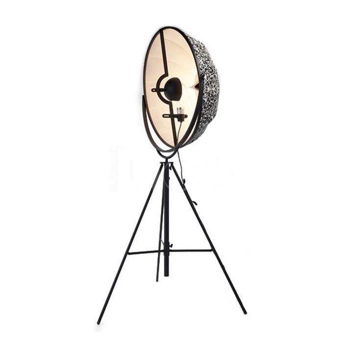 A suggerire la base fu il treppiedi della macchina fotografica, con la gamba centrale regolabile.  Per il paralume Fortuny invertì i paralumi tipici dell'epoca rendendoli ribaltabili. Fortuny è una lampada da terra considerata un'icona contemporanea e intramontabile.