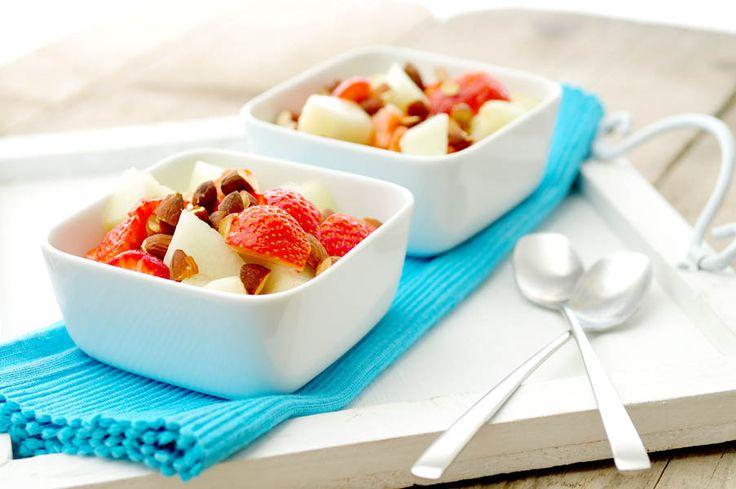 Yoghurt met honingmeloen, aardbeien en amandelen – gezond dessert