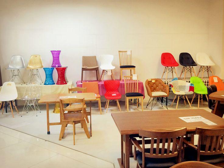 【中間店】イス椅子いす~ イスたくさん展示してますよ! 最近はダイニングテーブルと同じ素材でセットではなく、1脚1脚バラバラで購入される方も多いですね~