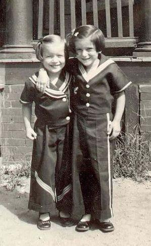 Fotografia d'epoca di due sorrelle con il piede marinaio! (•◡•) Tante altre idee cool per le mamme sul sito ❤ mammabanana.com ❤