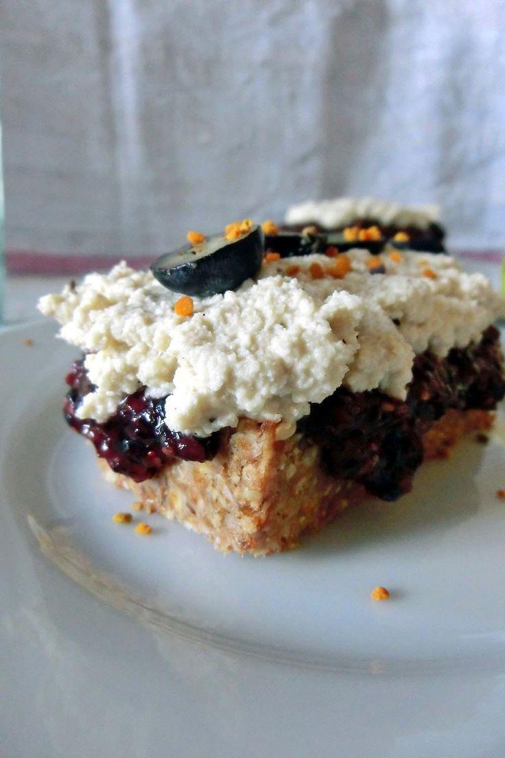 Raw Cheesecake mit lauter gesunden Zutaten wie Kokosöl, Datteln und einem famosen Cashew-Frosting. #raw #rawdessert #rawcheesecake #cheesecake #blaubeeren #gesundersnack #cleaneating #bienenpollen