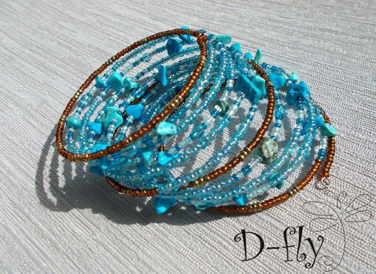 D-fly «Бирюзовое дерево» Работа выполнена из следующих материалов: натуральная бирюза, бусины стекло, бисер стекло. Браслет на проволоке «Мэмори».
