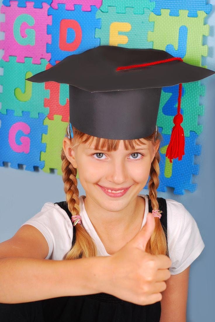 Siamo alla fine dell'anno scolastico, i miei figli da tempo hanno iniziato il count down! Per festeggiare degnamente il passaggio da un ciclo ad un altro, ecco un lavoretto che possiamo proporre ai bimbi o che possiamo realizzare noi, per far loro una sorpresa: il cappello da diplomato. Quando i miei figli hanno terminato i …