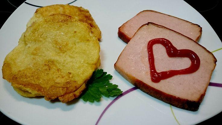 Kohlrabi-Schnitzel +Leberkäse  Ihr braucht: 1 Kohlrabi ,1 Ei, Parmesan,Mehl (z.B Mandelmehl),1 El Butter  Pfeffer, Salz & Paprika edelsüß, Leberkäse   Kohlrabi schälen + in Scheiben schneiden.(ca. 5-7 mm).Teller1: 1 Ei verquirlen + würzen, Teller2: etwas Mehl Teller3:  Parmesan Scheiben erst in Mehl wenden, abklopfen, in T2 + T3 wenden. Gut andrücken! Kohlrabi bei niedriger Hitze in Butter braten. In Auflaufform legen +  150 C Umluft ca. 30 Minuten. in den Ofen. Leberkäse in alufolie dazu.