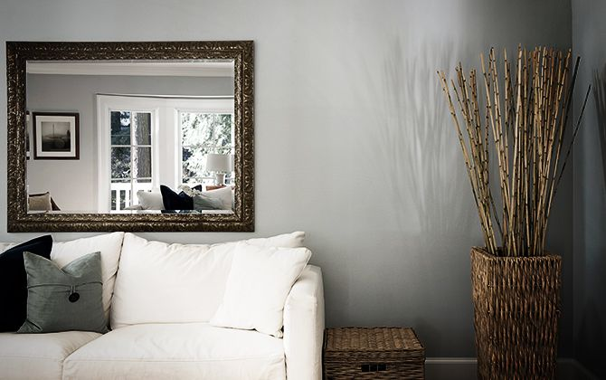 Acomoda tus espejos y disfruta decorando tu casa con tiras adhesivas Command®.