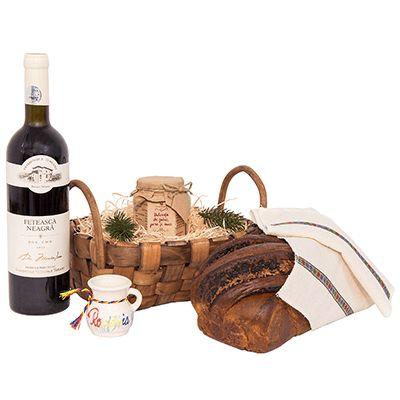 Cos cadou pentru Craciun AT03 traditional. Cosul #cadou pentru #Craciun #traditional include #vin rosu sec Fetească Neagră Domeniile Tohani, cozonac tradițional, dulceață din fructe proaspete, #servet țesut #manual cu dantelă, cănuță din ceramică. Produsele selectionate sunt asezate intr-un #cos împletit din felii de #lemn cu mânere, decorat cu iarbă naturală de bumbac si fundiță asortată.