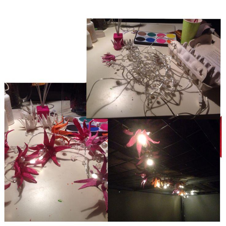 Kanamunakennoista tehdyt kukat lisättynä jouluvaloihin = sisustusvalot/yövalot lapsen huoneeseen