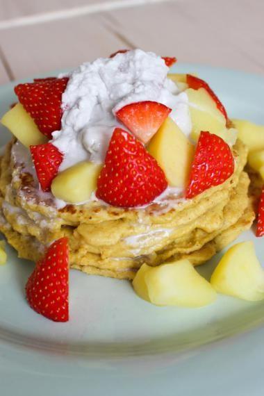 Havermoutpannenkoeken met appeltjes en aardbeien