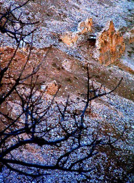 Eğil Tacıyan Camisi | Diyarbakır Valiliği Kültür Turizm Proje Birimi-Caminin kimler tarafından ve ne zaman yapıldığı hakkında kesin bilgiler bulunmamaktadır. Farklı görüşlerin olduğu yapıyı Eğil Beylerinden Pir Bedir'in Eğil Beyliği'ni kurduktan sonra 1040 yılında yaptırmış olduğu bilinmektedir. Tacıyan Camisi, Eğil Asur Kalesi'nin güneyinde, kaleyi çevreleyen surlar üzerine oturtulmuştur. Caminin kuzey ve güney duvarları kısmen mihrap sağlam durmaktadır.