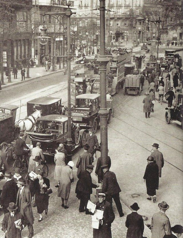 Rush hour, 1927 - Berlin During The 1920s  Best of Web Shrine