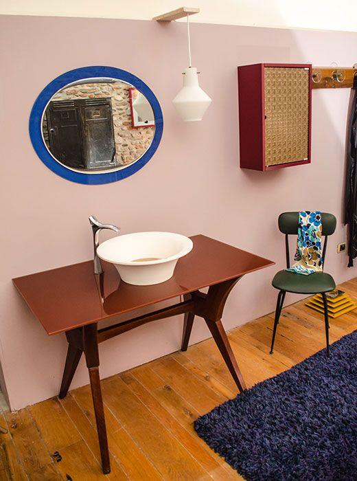 I proprietari puntano su mobili d'antan e materiali d'avanguardia come lo Stonelight non poroso e piacevole al tatto, oltre che riciclabile.