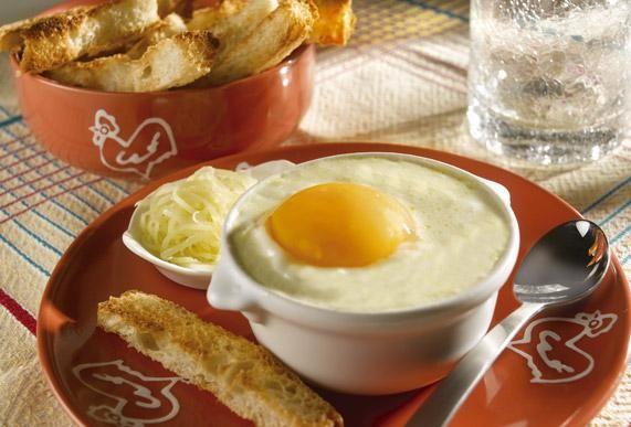 Ingrédients : 60 g de beurre ou de margarine, 200 g d'emmental râpé, 100 g de dés de jambon cuit, 3 dl de crème fraîche liquide (fleurette), sel, poivre, noix muscade, 4 œufs. Préparation : Beurrez 4 petites cassolettes avec la moitié du beurre. Répartissez le fromage, le jambon et la crème assaisonnée dans ces …