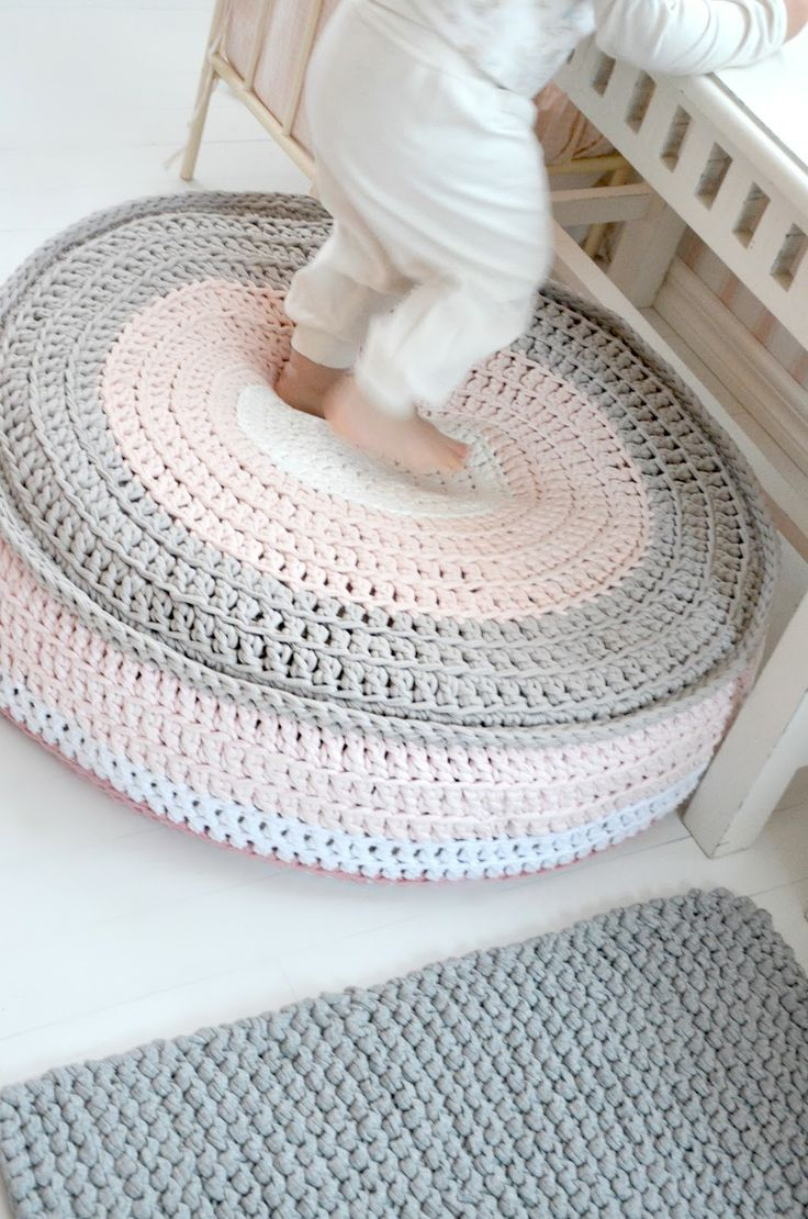 t-shirt crochet pouf