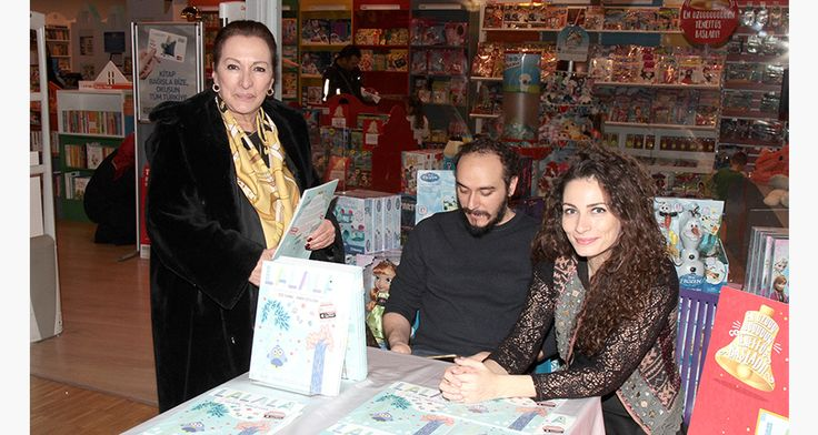 Kemal Sunal'ın kızı Ezo Sunal çocuklarla şarkılar söyleyip dans etti   Weekly http://weekly.com.tr/kemal-sunalin-kizi-ezo-sunal-cocuklarla-sarkilar-soyleyip-dans-etti/