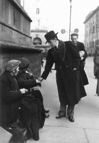 Patellani Federico fotografo, 1946  Milano Piazza Duomo: l'attore Antonio De Curtis (Totò) fa l'elemosina a un suonatore di violino.