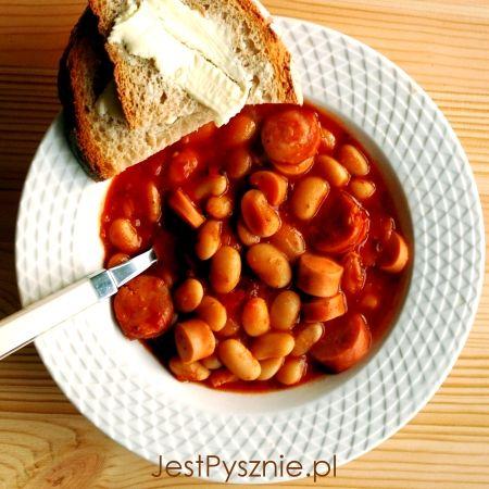Fasolka po bretońsku w pomidorowym sosie z dodatkiem aromatycznej kiełbasy to jeden z moich smaków dzieciństwa. Lubię to danie za jego zwyczajność, swojskość, proste składniki i wspaniały smak. I c…