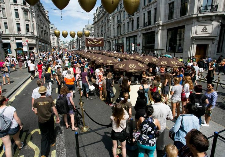 #RegentStreet celebrates Magnum's 25th Anniversary at the fourth #SummerStreets. 25,000 ice creams were given away at Magnum's famous dipping bar. #MagnumRegentSt