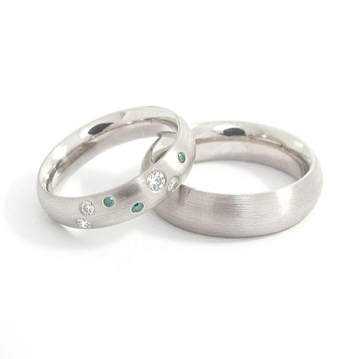 Witgouden trouwringen met 'spits' profiel, damesring bezet met witte en blauwe diamanten . Van binnen gepolijst en van buiten geschuurd