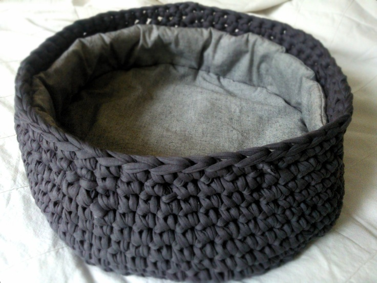 Diy crochet cat bed with fabric lining pillow cat diys for Homemade cat bed